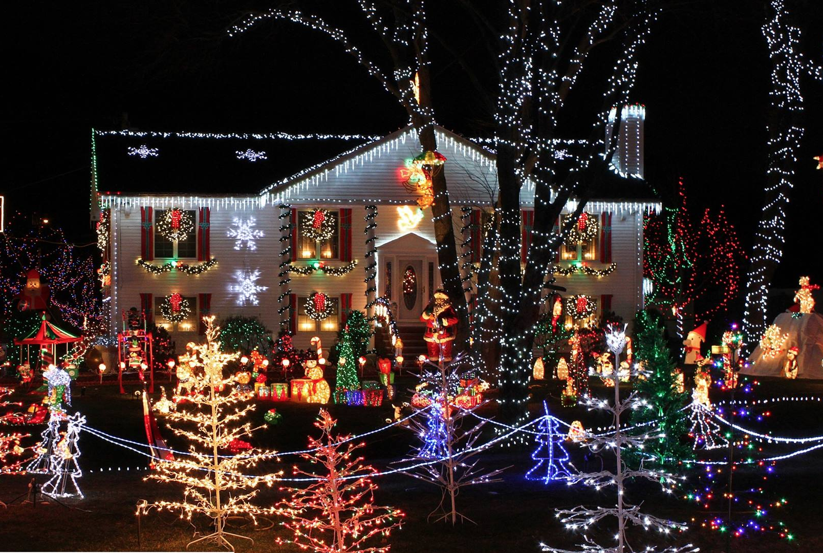 St George Ontario Decorated for Christmas in October to help terminally ill 7year old Evan Leversage